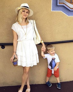 Reese Witherspoon in an all white ensemble from head to toe. Photo from: http://www.usmagazine.com